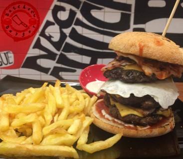 Butcher's Burger - Χαλάνδρι - Η επανάσταση στα Burger κατέφθασε στο Χαλάνδρι...! 17€ για Πλήρες Γεύμα 2 Ατόμων για το «Butcher's Burger»!!! Η προσφορά περιλαμβάνει 1 σαλάτα, 1 ορεκτικό, 2 Combo Large Βurgers και 2 αναψυκτικά! Σε διάφορα μεγέθη και σε μοναδικούς γευστικούς συνδυασμούς, ικανοποιούμε και τους πιο απαιτητικούς ουρανίσκους!!! εικόνα